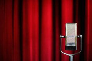 Theatervorhang mit einem Mikrophon davor